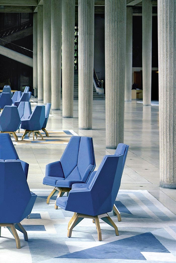 Pierre Paulin, fauteuil Iena et tapis Jardin à la française. Vuie d'installation, Palais d'Iena, salle hypostyle, 1987. © CESE-Benoît Fougeirol - Palais d'Iéna, architecte Auguste Perret, UFSE, SAIF. Collection du Mobilier National / Courtesy Galerie Perrotin